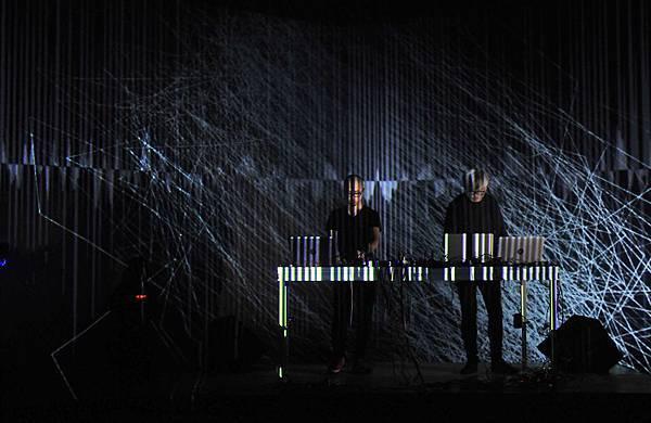 聲光藝術家姚仲涵與葉廷皓《同步感染》為藝術節打頭陣(廣藝基金會提供,胡福財攝影)