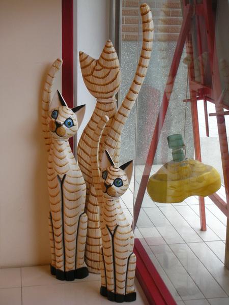 可愛的貓咪擺式..很有BALI木雕風
