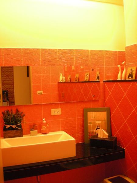 橙黃黃的洗手間