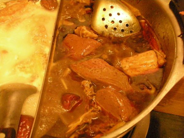 麻辣鍋底..豆腐、鴨血吃到飽!