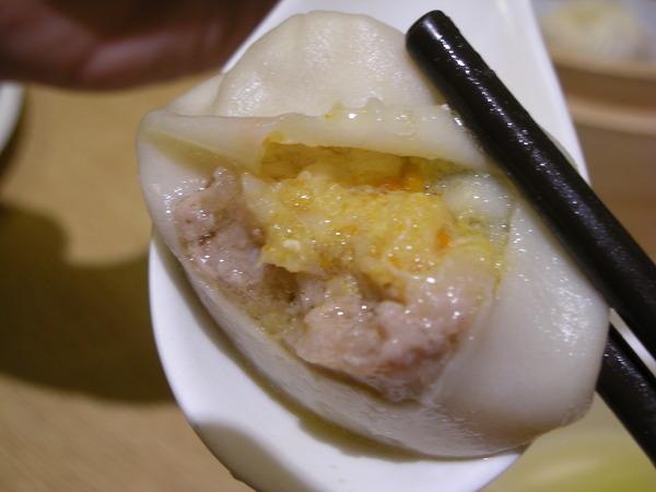蟹黃小籠包~歐嗚..真是好吃到想哭~