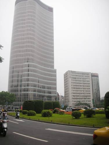 夾在二大樓之中的中山醫院.JPG