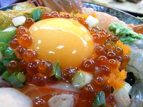 被魚卵們包圍的鮮黃蛋黃.JPG