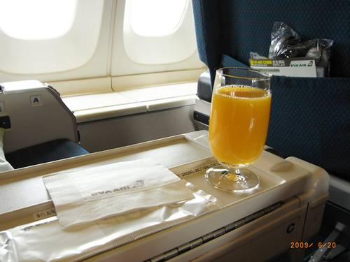 商務艙的第一杯飲料.JPG