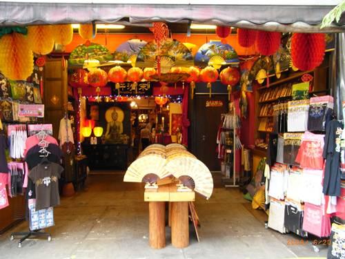 寶塔街的店家都很有中國風.JPG
