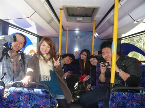公車搖來搖去也阻止不了我們想拍照的心情!