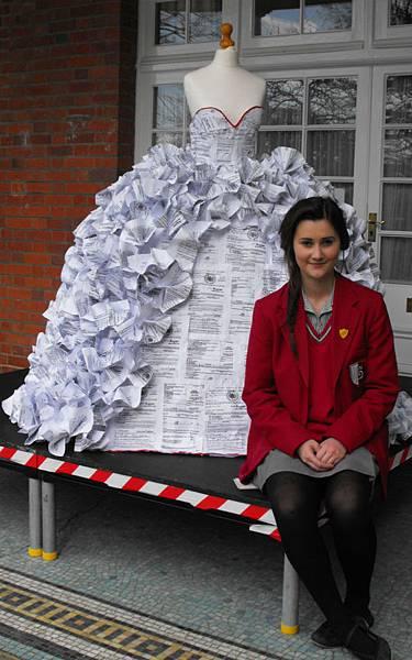 niusnews妞新聞-用1500張離婚證書做成的紀念婚紗
