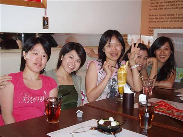 女生們與壽星的合照2
