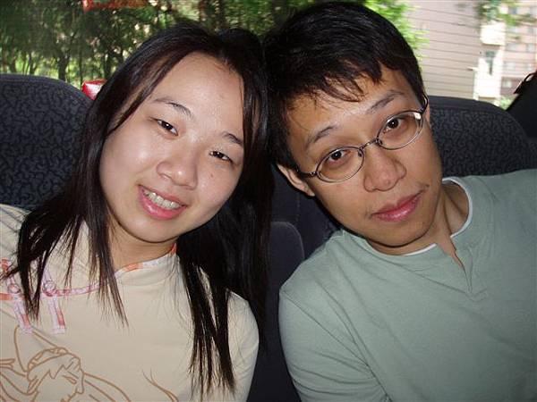 2005.05.17苗栗 假面藝術節5--Phanix與他的女友(斯文的Phanix可是攝影高手唷!)
