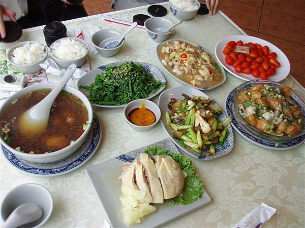 2005.05.17苗栗 假面藝術節6-1--那天的午餐,是豐盛的客家菜餚唷