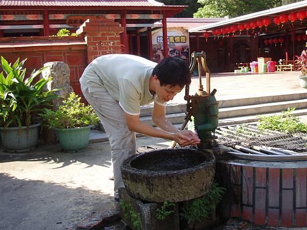 2005.05.17苗栗 假面藝術節25-2--Phanix,用古景洗臉的感覺怎樣呢?
