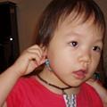 丁小寶2.1--小寶戴上小鳥卿的耳環,哈!感覺好漂漂唷