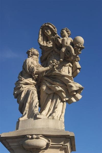 """查理大橋上的雕像,延伸整排。(這個好像是""""聖母與聖安娜""""吧,忘了。)"""