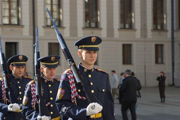 離開王宮前再次遇到整點衛兵交接(其實中午十二點的交接表演最花俏)