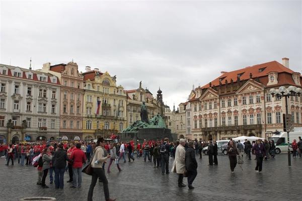 舊城廣場,這天出現一堆紅衣人是足球賽後的遊行群眾
