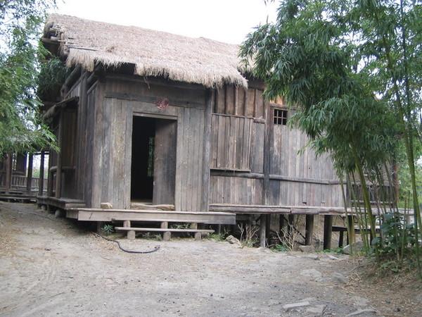 晚上看滿恐怖的茅草屋