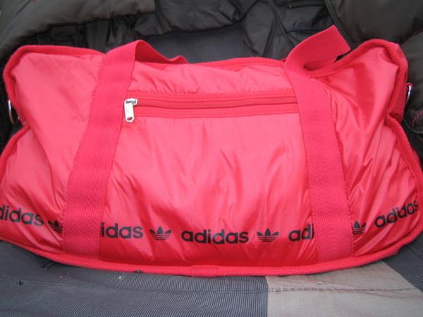 伴隨我在內地流浪多次的紅色adidas愛包