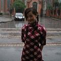 穿著旗袍在雨中拍戲