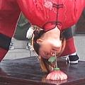 親自表演下腰叼花雜技