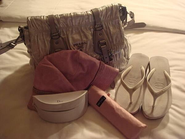 出國最佳配備-斜背包,墨鏡,夾腳拖,帽子,傘