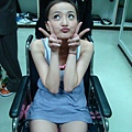 坐輪椅還裝可愛