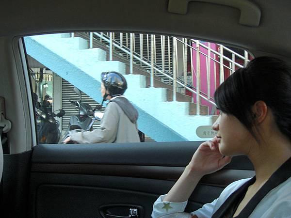 坐車時,總是習慣看著窗外