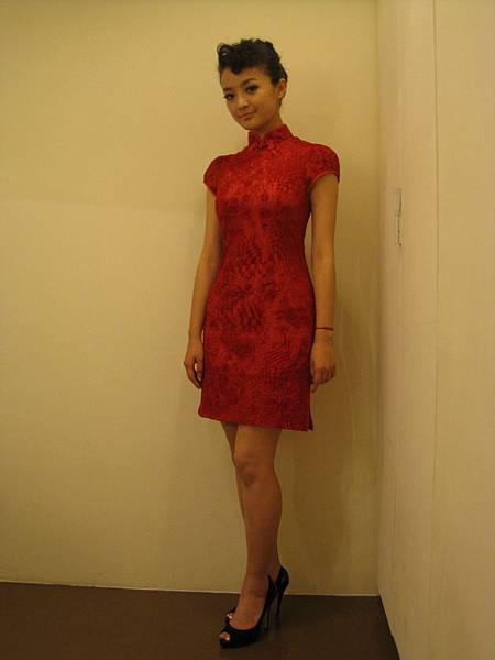 裙長改短,再配雙黑高跟,感覺比較俏麗
