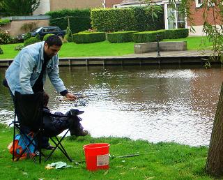 有位爸爸竟然在運河旁教小朋友釣魚.jpg