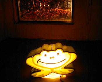 低處有一個很特別的空間一個很低的窗戶和一隻青蛙燈超有童化的感覺.jpg