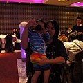 可愛的小昱昱~~小小年紀就愛拍照!! 讚!!
