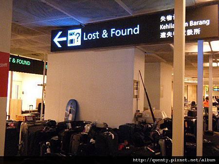 裡面來有失物招領,看來主人定居機場了 XD