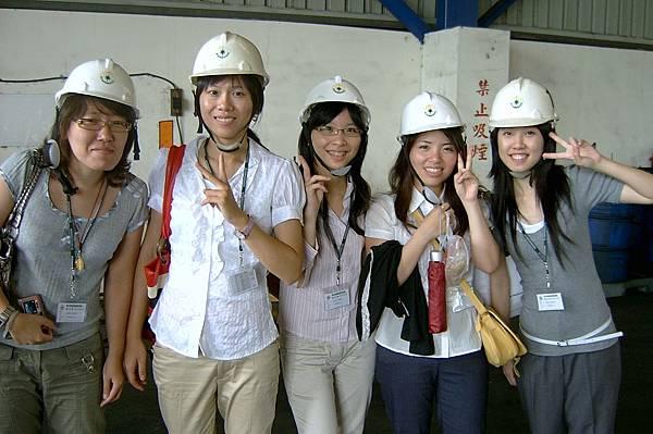 進入櫃場後,大家都要戴安全帽