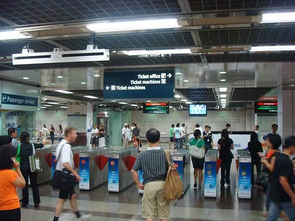 Singapore MRT: City Hall Station