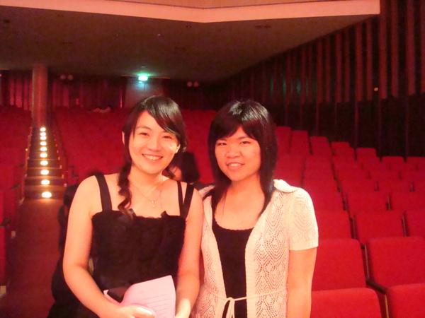昨天畢業舞會上認識的子琪來聽我們音樂會耶~就感心~
