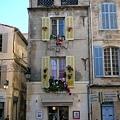 Arles-南法人的幽默-最上面是隻猩猩.JPG