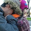 風太凍了所以笨蛋Ben硬要把臉塞進老婆的帽子裡.JPG