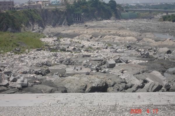石岡壩攔水使下游大粒石顯露.jpg