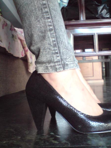 超質感黑色牛皮高跟包鞋-實穿照1
