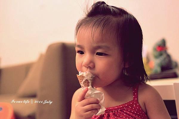 連吃冰淇淋都要這麼優雅嗎