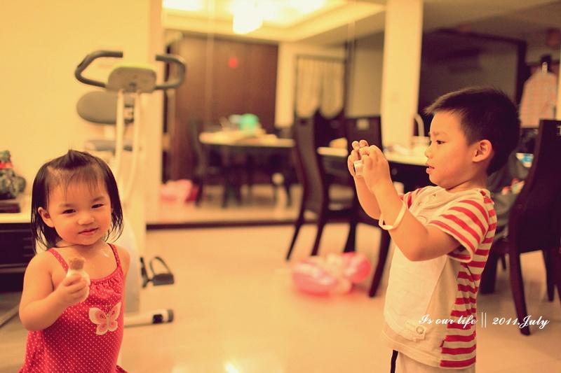 妹妹來,給哥哥拍一張~