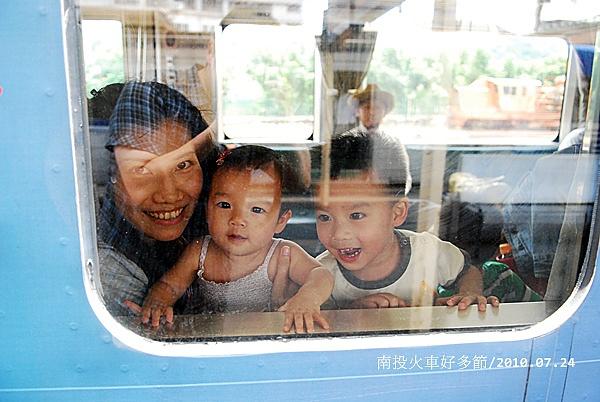 雖然爸爸說坐火車的行程會累炸,但看到他們的笑容,有誰可以抗拒?!