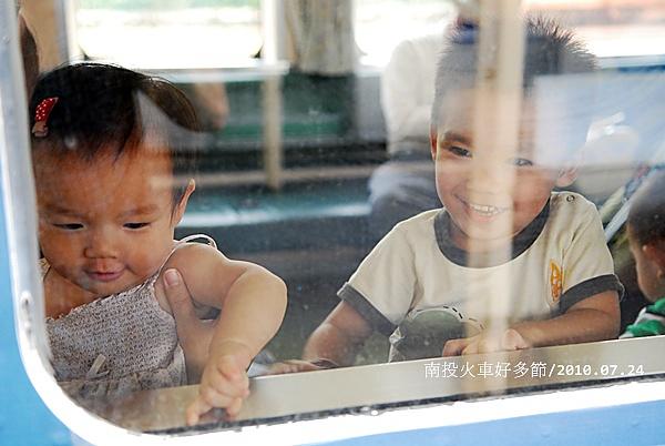 二兄妹看起來超幸福