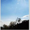 陽光微微透過雲層