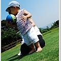這回媽媽有做足功課,帶了少爺的球來助興