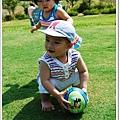 後頭的妹妹一直想來玩少爺手上的球
