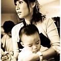 慈母系列...少爺的黑青在黑白照片裡更明顯了XD