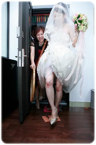 媒人在惡整新娘吧,裙子要不要扯這麼高....