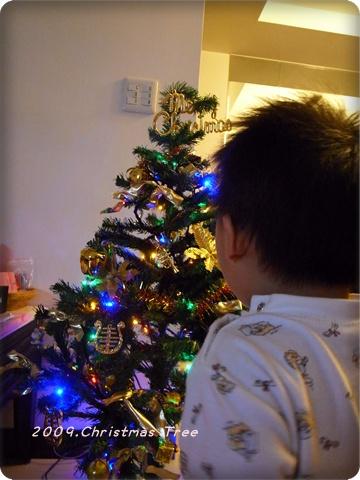 這小子不停的唱著耶誕快樂~