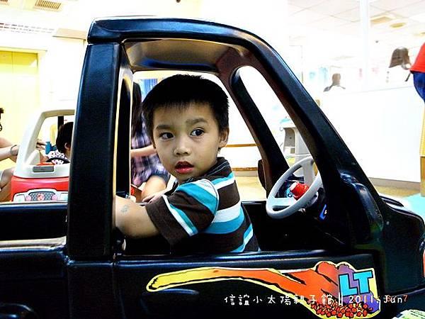 這小子就是不停的開車、停車、等妹妹招喚