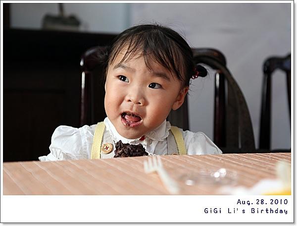 一看就知道這孩子拿到了巧克力口味的蛋糕